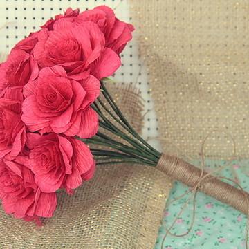 Buquê simples com rosas de papel crepom grosso