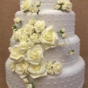 Bolo fake casamento 4 andares branco com flores 15 anos