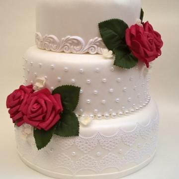 Bolo fake casamento branco e vermelho