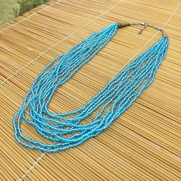 colar de miçangas azuis