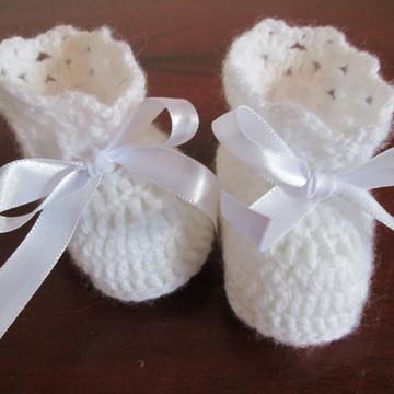 Sapatinho de bebê em crochê branco