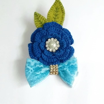 Acessório infantil para cabelo flor de crochê e laço azul