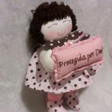 boneca de pano para quarto de bebê com almofada bordada