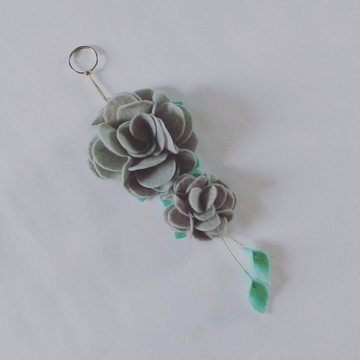 Chaveiro de Flor de Feltro – Cinza Claro