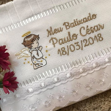 Toalha bordada com Anjinho para Batizado