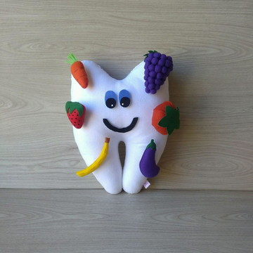 Dente de feltro com frutas e legumes