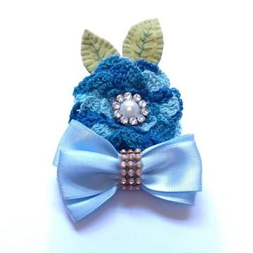Acessório infantil para cabelo flor de crochê azul e laço