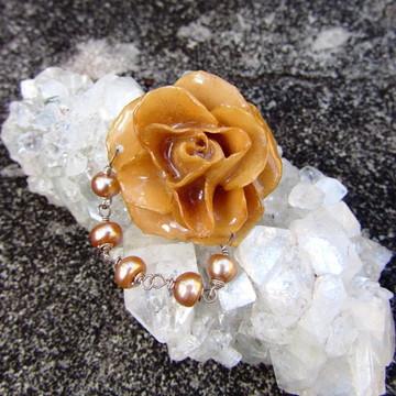 Broche Flor Natural Preservada Perolas de Agua Doce Rosé