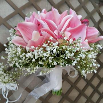 Buque rosa com orquídeas