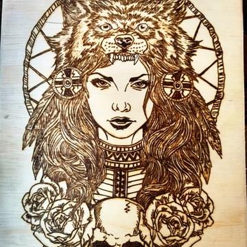 Quadro Pirografado, mulher lobo.