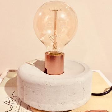 Abajur em concreto com lâmpada retrô