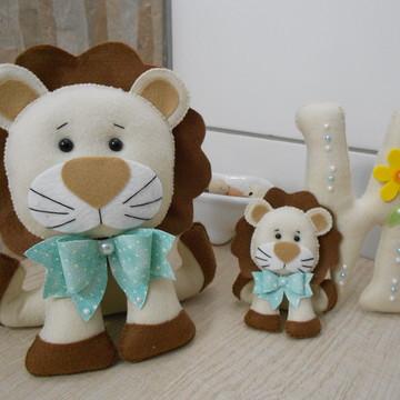Leão e Letra Decorativa em Feltro