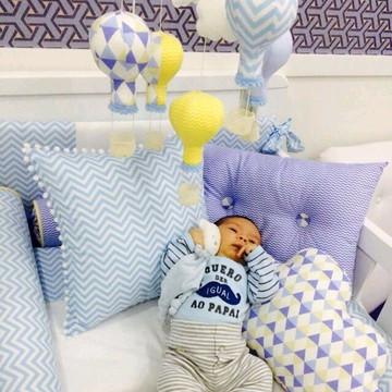 mobile menino azul amarelo balão nuvem