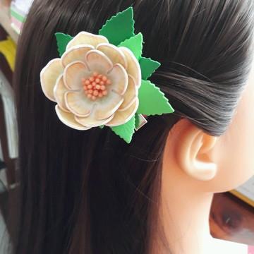 Presilha de cabelo flor em Eva