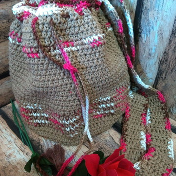 Bolsa de crochê marrom tipo saco