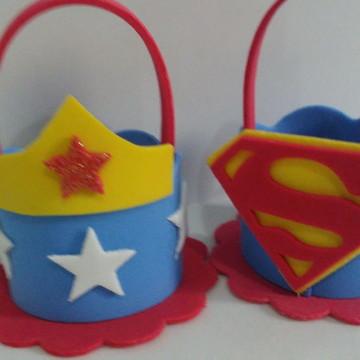Lembrancinha Mulher Maravilha e Super Man cestinha
