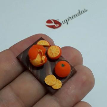 Miniatura de tábua com laranjas