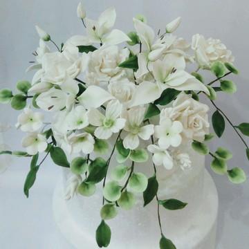 Topo de bolo com flores brancas