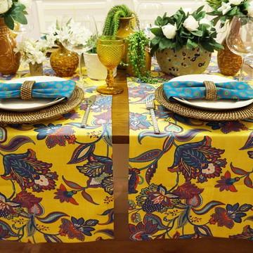 Trilho de mesa amarelo com flores