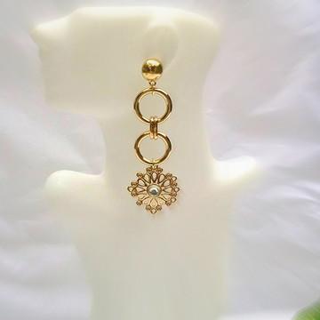 Maxi brinco longo detalhes geométricos com pingente flor