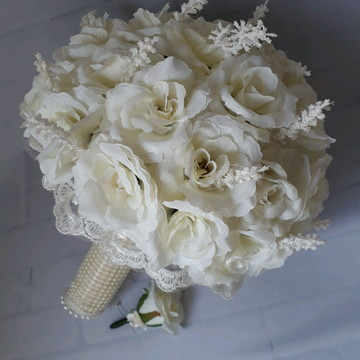 Buque off white,com flor de lapela para o noivo.