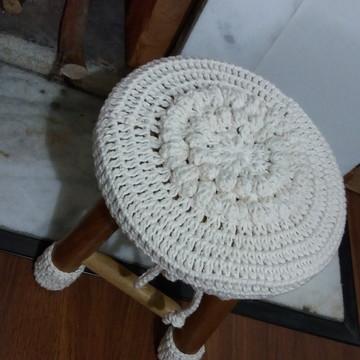 Banco de madeira com capa em crochet