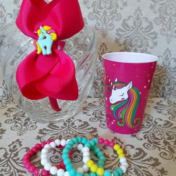 "Kit tiara temática ""Unicórnio"" + 4 pulseiras + copo temático"