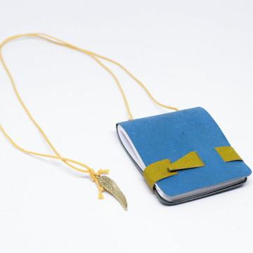 Mini Livro em forma de colar