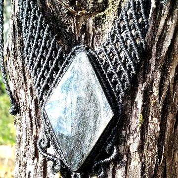 Colar de macramé com pedra obsidiana