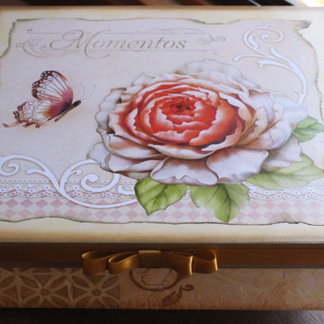 Caixa MDF com decoupagem de flor , fita e craquelê