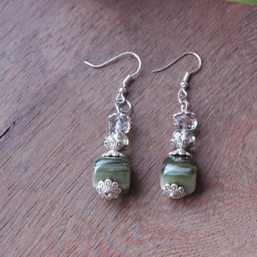 Brinco pedra verde e cristais esvarovisqui sintéticos