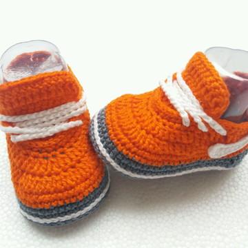 Tênis imitando o Nike de crochê