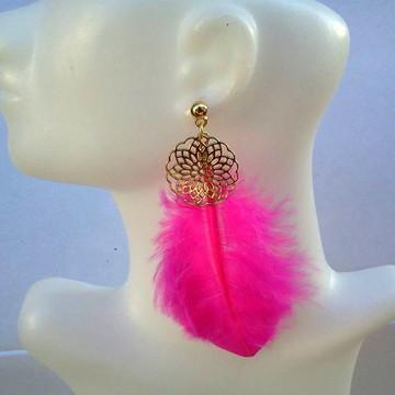 Brinco mandala dourada com pena pink
