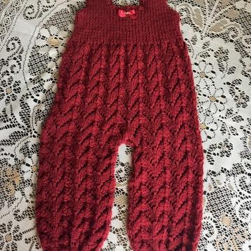 Jardineira de tricô feito a mão