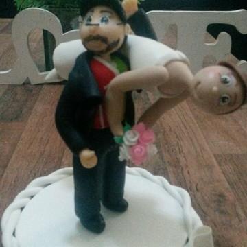 Noivo carregando noiva