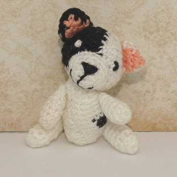 Mini cachorrinho branco e preto de crochê