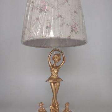 Abajur Branco com Bailarinas douradas e Cúpula Provençal