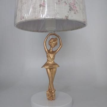 Abajur Branco com Bailarina Douradas e Cúpula Provençal