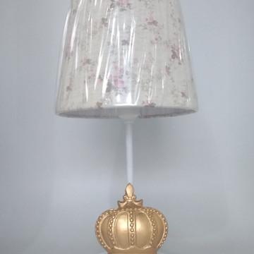 Abajur Branco com Coroa Dourada e Cúpula Provençal