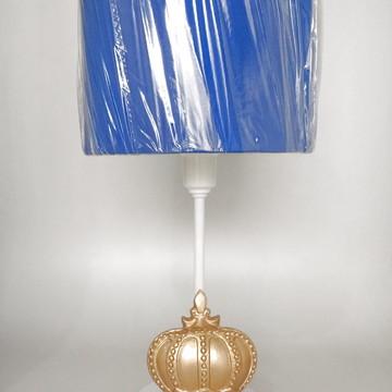 Abajur Branco com Coroa Dourada e Cúpula Azul Marinho