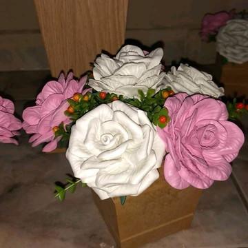 Vasos com flores artificiais