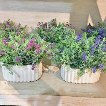 Arranjo cerâmica e folhinhas com florzinhas.