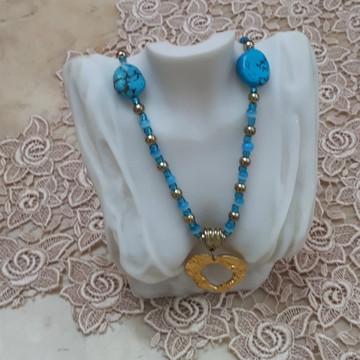 Colar azul e dourado com turquesas e olho de gato