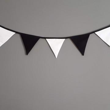 Bandeirinhas de tecido preto e branco