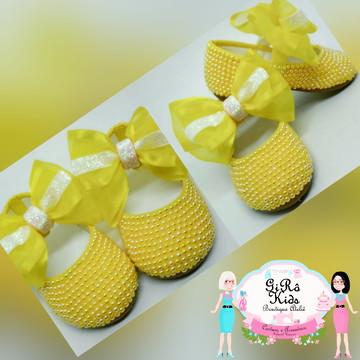 Sapato de pérolas amarelo