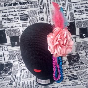 Adereço de carnaval com penas lantejoulas e flor