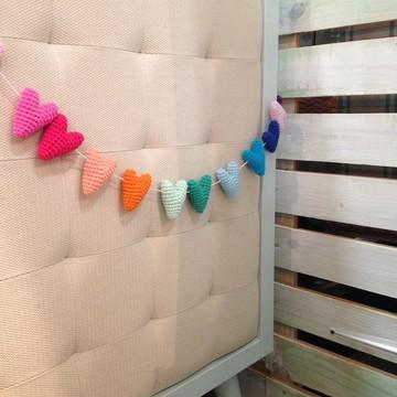 Varal de corações em crochê arco íris