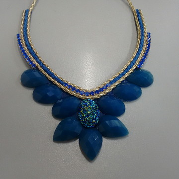 Maxi colar azul com pedra resinadas
