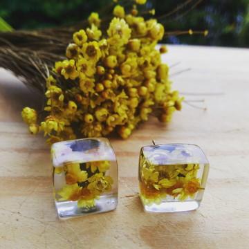 Brinco de flor natural em resina