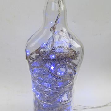 Abajur artesanal em garrafa de bebidas e luz led